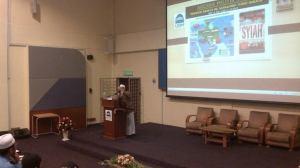 Dr. Kamaluddin bersama slide beliau.. :)