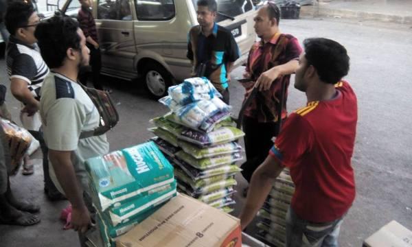 Beberapa ahli misi pasca banjir bersama pegawai FKP dan pesnyarah FKP membeli barang-barang